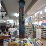 「新着図書」コーナー 。柱のイラストは季節ごとに図書委員が描いています。